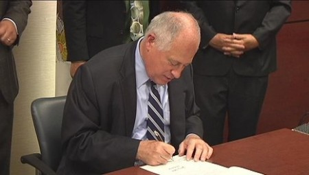 GOVERNOR+QUINN+SIGNS+LAW+16X9