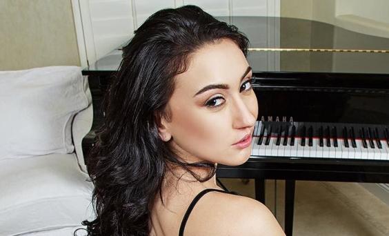 Mandy Muse Makes Her Debut For BadoinkVR